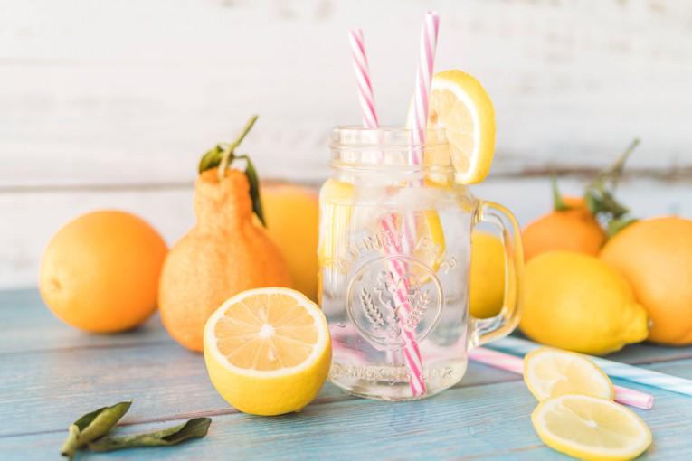 Limon, portakal, nane kullanabilirsiniz.